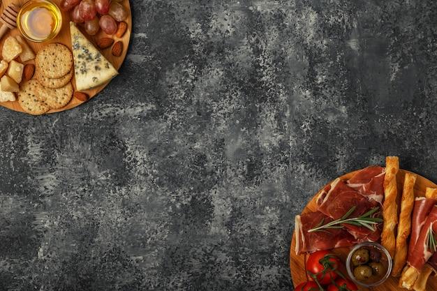 Aperitivo de queijo e carne em tábuas de cortar