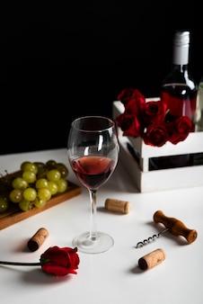 Aperitivo de vinho alta vista com uvas