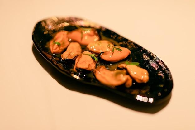 Aperitivo delicioso, mexilhões gigantes com molho gourmet (foco seletivo)