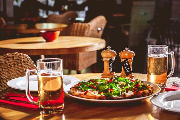 Aperitivo delicioso prato branco. conceito de comida e bebida