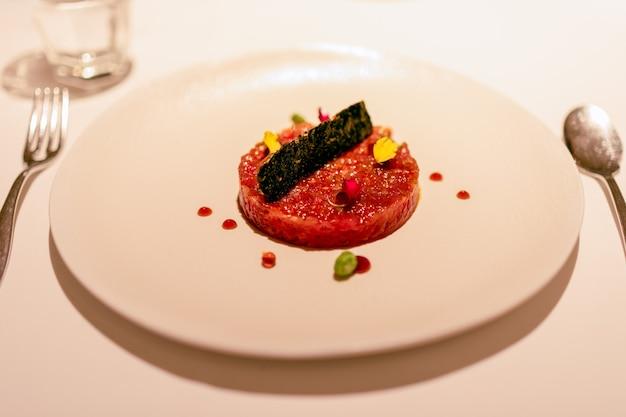 Aperitivo delicioso, tártaro de atum cru. (foco seletivo)