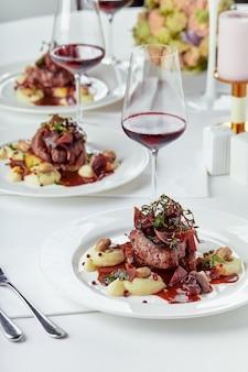 Aperitivo gourmet: foie gras de banquete lindamente decorado com frutas vermelhas.