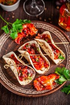 Aperitivo mexicano tacos com legumes.