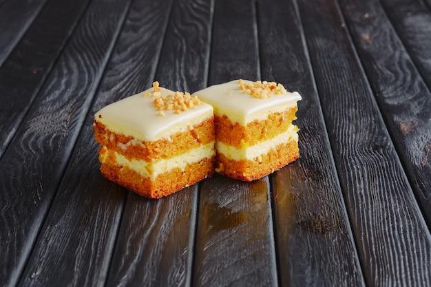 Aperitivo para recepção. tiramisu, bolo de mel em breading de nozes