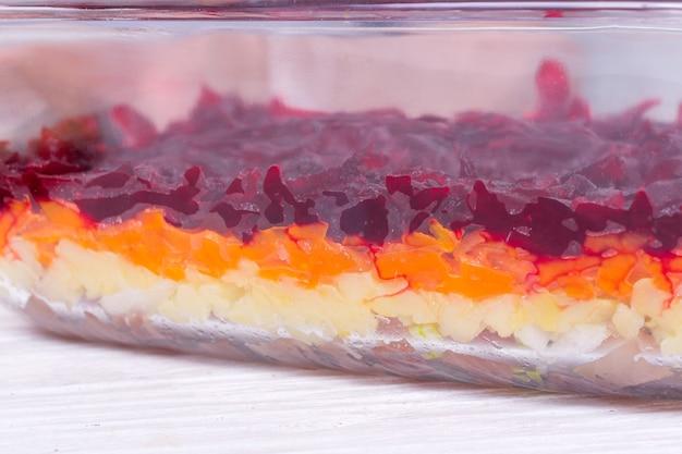 Aperitivo russo arenque sob camadas de vegetais cozidos e maionese shuba passo 7 de 11