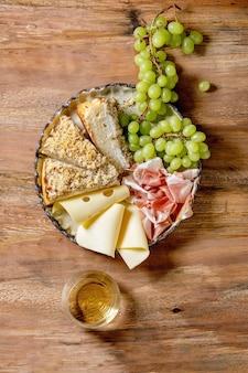 Aperitivos antepastos com focaccia siciliana branca e vinho
