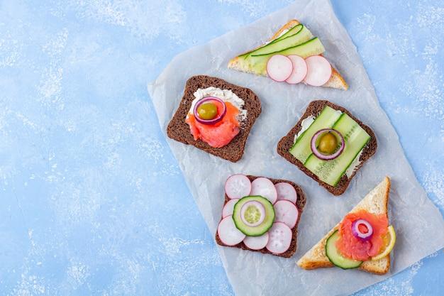 Aperitivos com salmão e legumes