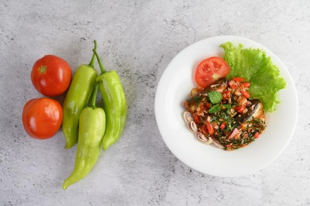 Aperitivos com sardinha em molho de tomate e picante