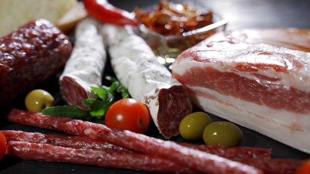 Aperitivos de carne antepasto frescos e deliciosos