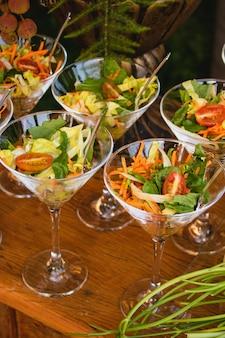 Aperitivos de salada em pequenos recipientes na degustação