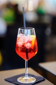 Aperitivos italianos / aperitivo: copo de coquetel (espumante com aperol) e prato de aperitivo na mesa