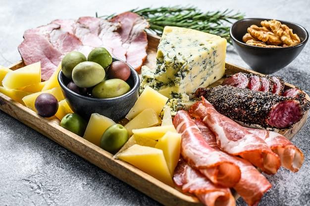 Aperitivos italianos ou antepasto conjunto delicatessen misto de petiscos de queijo e carne