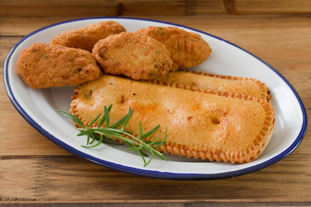 Aperitivos portugueses típicos no prato branco