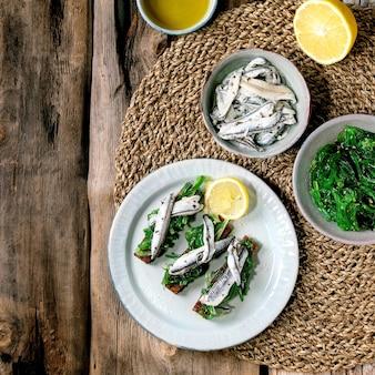 Aperitivos tapas anchovas em conserva ou filé de sardinha