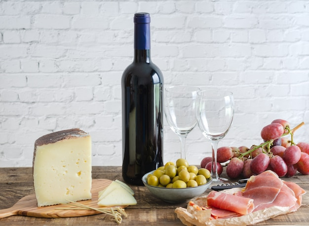 Aperitivos típicos da espanha. comida e bebida.