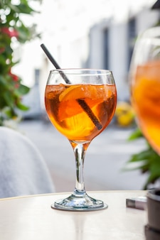 Aperol spritz cocktail, bebida alcoólica à base de mesa com cubos de gelo