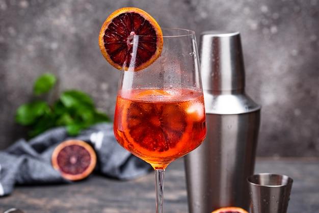 Aperol spritz cocktail com laranja de sangue