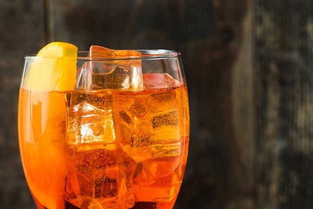 Aperol spritz cocktail em vidro na mesa de madeira fechar