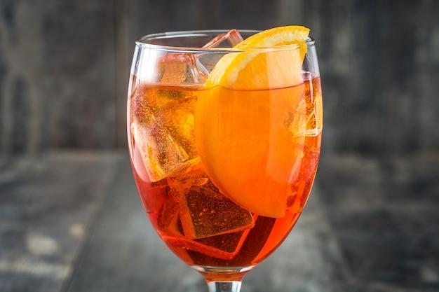 Aperol spritz cocktail em vidro na mesa de madeira