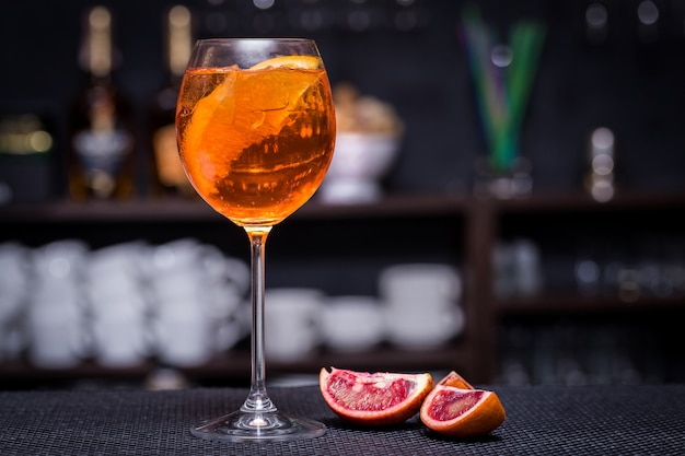 Aperol spritz cocktail no bar