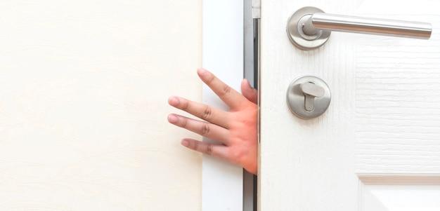 Apertando a mão na porta. conceito de prevenção de acidentes e segurança