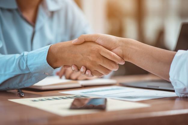 Apertando as mãos. fico feliz em trabalhar juntos, antes da reunião. conceito financeiro de negócios.