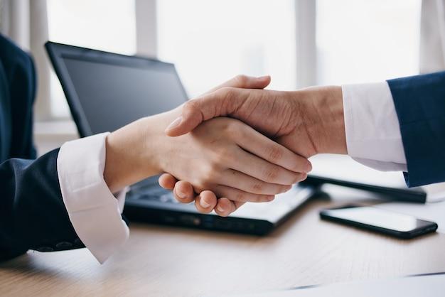 Apertando as mãos para lidar com negócios de trabalho de escritório bem-sucedidos