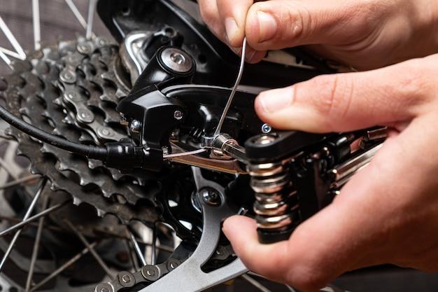Apertando o cabo de mudança de marcha em uma bicicleta com multiferramenta