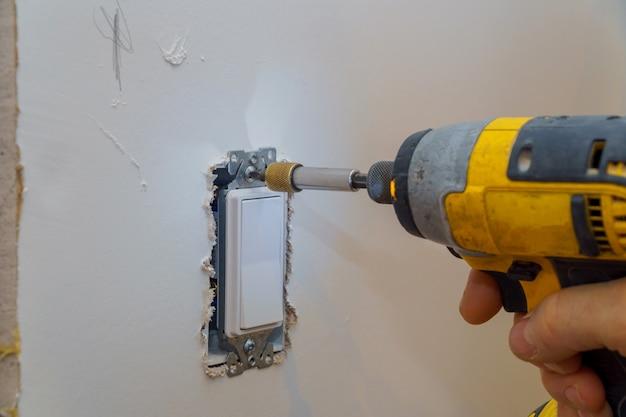 Apertando um parafuso em uma tomada elétrica