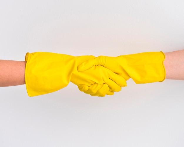 Apertar as mãos com luvas de proteção