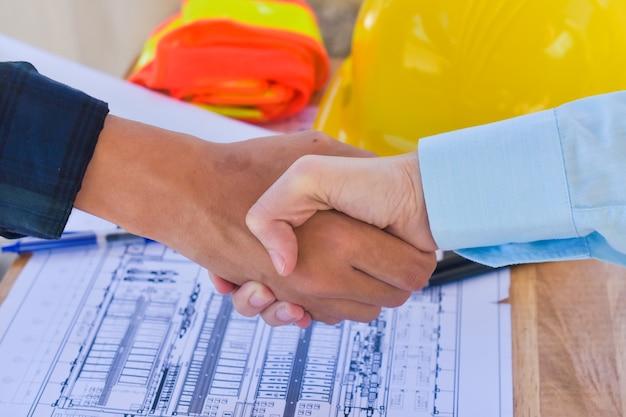 Aperte a mão, trabalho em equipe, aperte a mão, concordando em reunião com o engenheiro da equipe