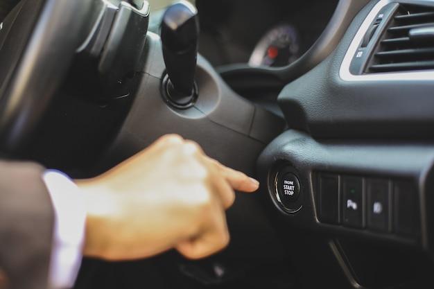 Aperte o botão de partida manual para ligar o motor do carro