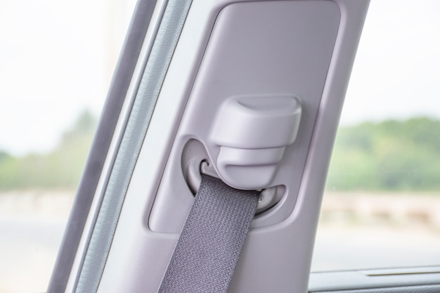 Aperte o botão do cinto de segurança para ajustar em um carro.