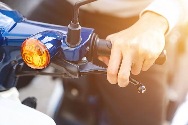 Aperto de freio de mão do homem da motocicleta