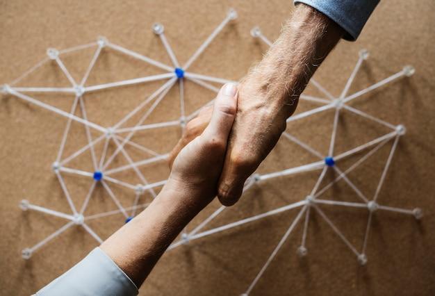 Aperto de mão conectando através de simulação de rede
