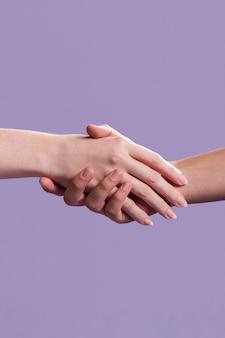 Aperto de mão das mulheres como um sinal de unidade