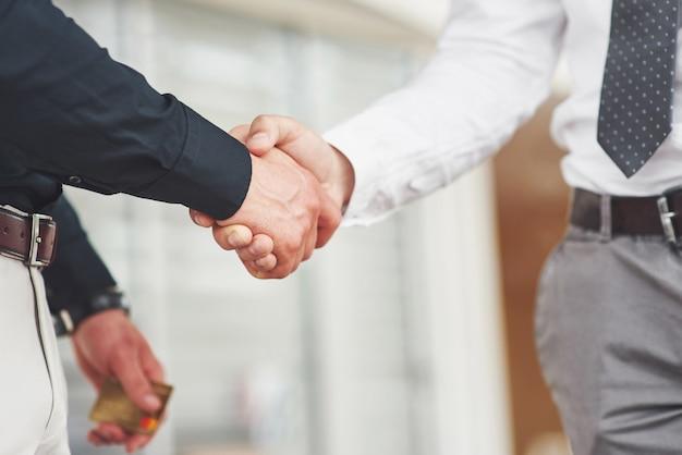 Aperto de mão de dois homens. contatos de negócios bem-sucedidos após um bom negócio.