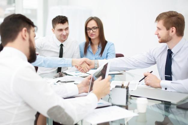 Aperto de mão de empresários em reunião de trabalho