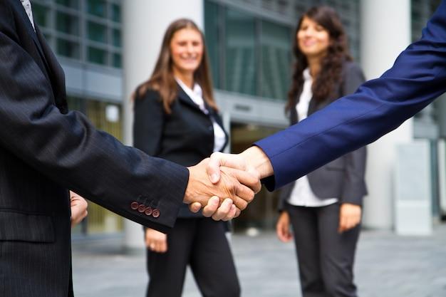 Aperto de mão de negócios e pessoas de negócios