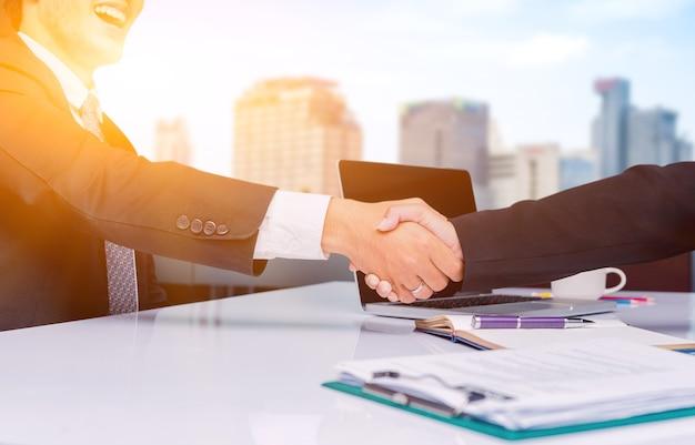 Aperto de mão de negócios e trabalho em equipe para sucesso e meta de realização
