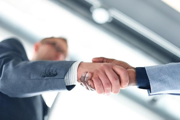 Aperto de mão de negócios. homem de negócios dando um aperto de mão para fechar negócio
