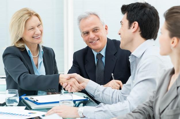Aperto de mão de negócios para fechar um acordo
