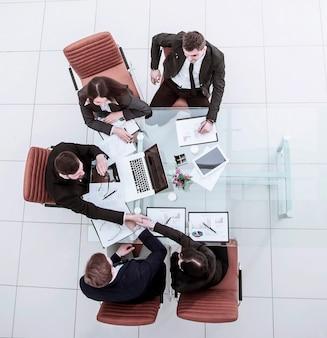 Aperto de mão de parceiros de negócios após discutir o acordo financeiro