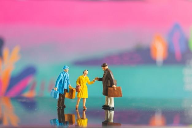 Aperto de mão de turista com o amigo no fundo colorfull