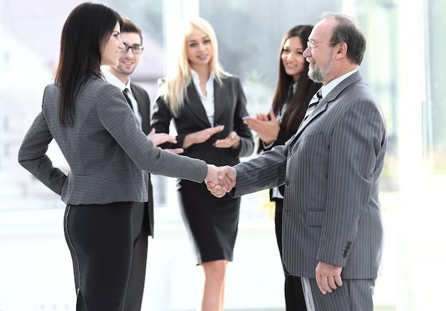 Aperto de mão de um empresário e mulher de negócios, o conceito de cooperação