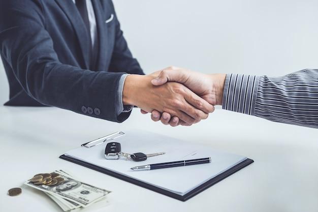 Aperto de mão do cliente de cooperação e vendedor após acordo, empréstimo de carro bem sucedido