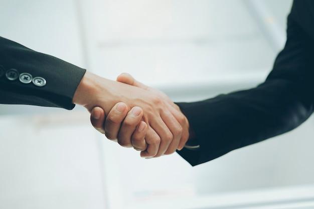 Aperto de mão do empresário aperto de mão do empresário bem sucedido após um bom negócio