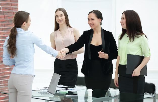 Aperto de mão do gerente e do cliente