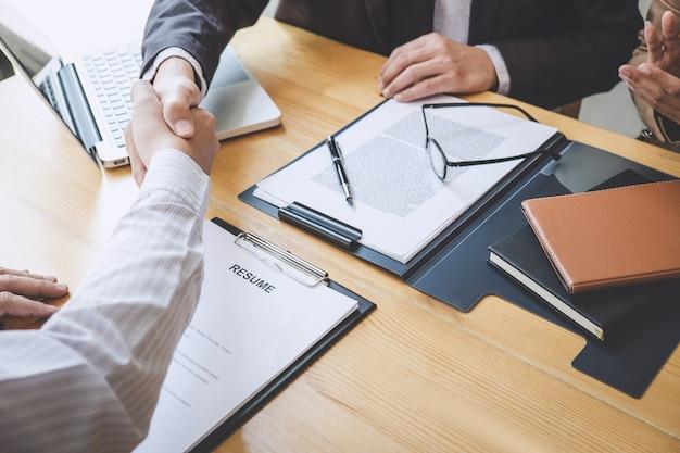 Aperto de mão durante a entrevista de emprego, candidato apertando as mãos com o entrevistador depois de uma entrevista de emprego
