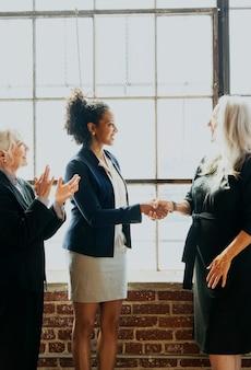 Aperto de mão em reunião de negócios